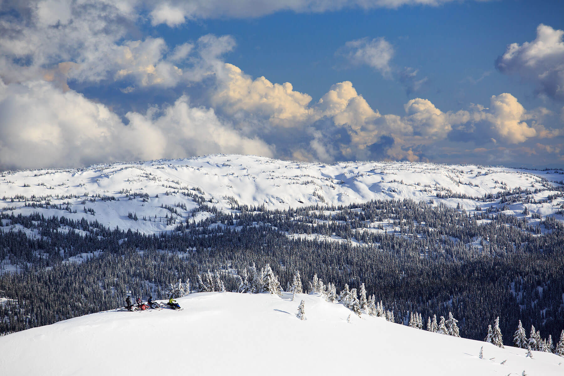 Panoramic-view-snowmobilers-Grizzly-Lodge-Lichen